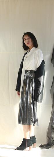 寬鬆版經典西裝皮外套-黑 飄帶領開衩袖設計女衫-白 金屬面百摺裙-銀
