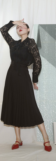 飄帶領寬卡夫蕾絲襯衫-黑 修身百摺長裙-黑