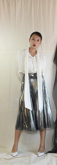 飄帶領開衩袖設計女衫-白 金屬面百摺裙-銀