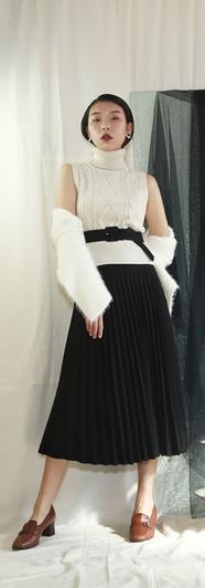 無袖短版高領針織背心 修身百摺長裙-黑 細柔白針織上衣兩件組