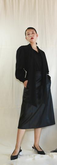 飄帶領開衩袖設計女衫-黑 修身側口袋皮裙-黑