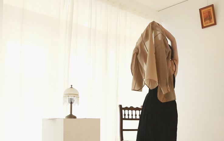立體接縫薄透衫-絲光棕 兩面穿皺摺細肩帶洋裝-黑