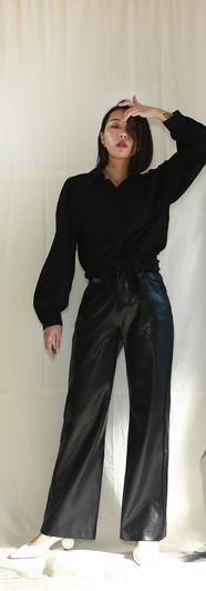 美背寬鬆女衫-黑 前釦鬆緊腰寬皮褲-黑