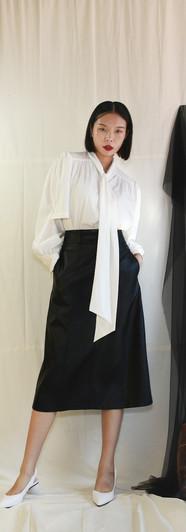 飄帶領開衩袖設計女衫-白 修身側口袋皮裙-黑