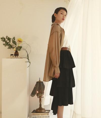 立體接縫薄透衫-絲光棕 不對稱細摺蛋糕裙