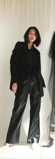 經典復古感雙排釦西裝外套-黑 美背寬鬆女衫-黑 前釦鬆緊腰寬皮褲-黑