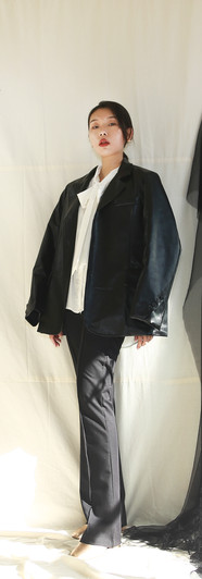 寬鬆版經典西裝皮外套-黑 飄帶領開衩袖設計女衫-白 高腰微彈落地西裝褲-黑