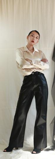 貝殼釦光澤感開襟女衫-香檳 前釦鬆緊腰寬皮褲-黑