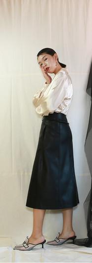 貝殼釦光澤感開襟女衫-香檳 修身側口袋皮裙-黑