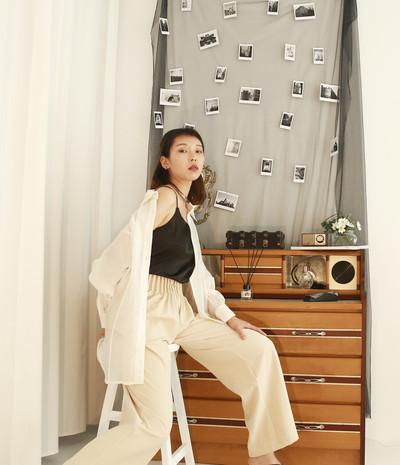 立體接縫薄透衫-絲光白 褶皺高腰西裝褲