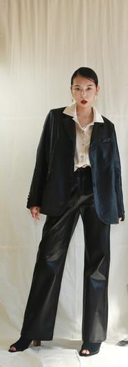 寬鬆版經典西裝皮外套-黑 貝殼釦光澤感開襟女衫-香檳 前釦鬆緊腰寬皮褲-黑