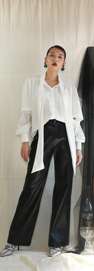 飄帶領開衩袖設計女衫-白 前釦鬆緊腰寬皮褲-黑