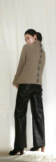 正反穿皮繩飾長臂高領毛衣-卡其 前釦鬆緊腰寬皮褲-黑