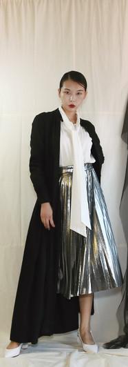 修身落地洋裝外罩衫-黑 飄帶領開衩袖設計女衫-白 金屬面百摺裙-銀