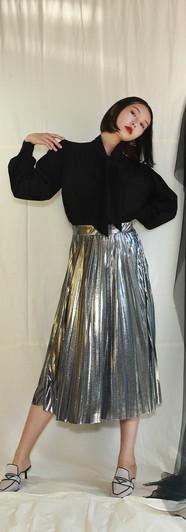 飄帶領開衩袖設計女衫-黑 金屬面百摺裙-銀
