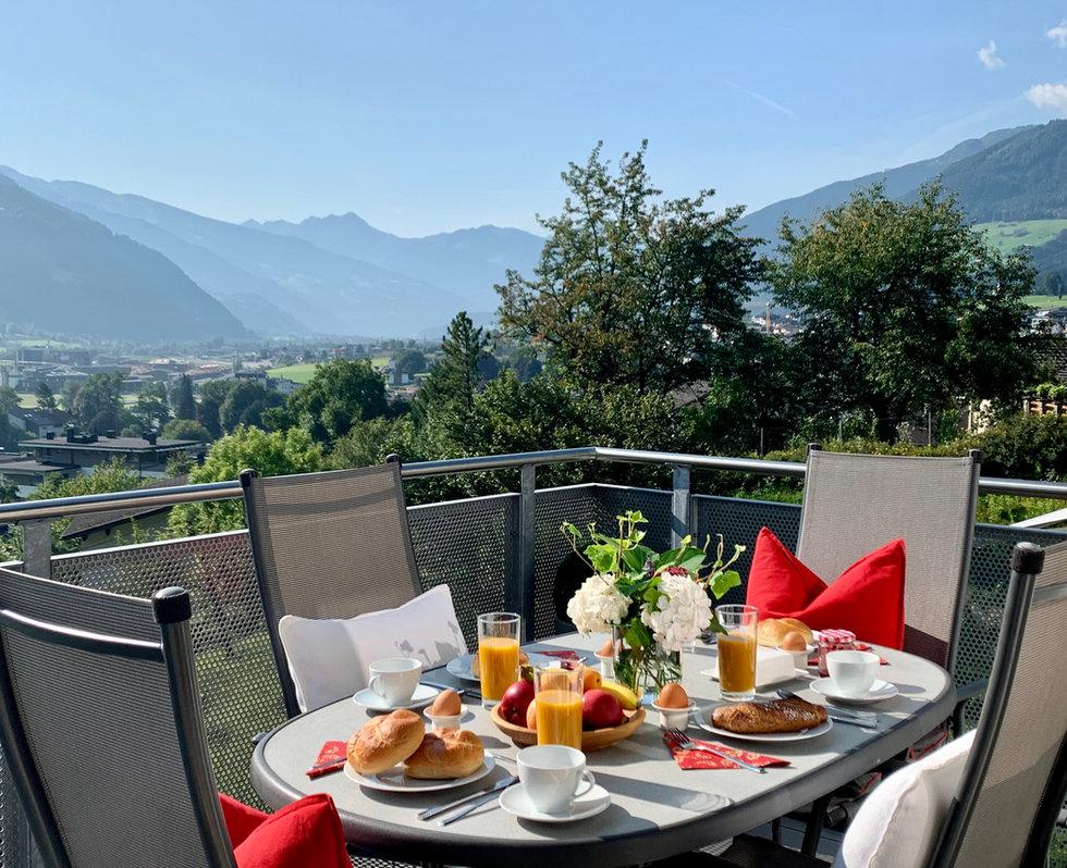 Panorama-Lounge-Zillertal-Frühstückstisch-Balkon.jpg