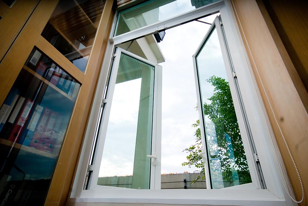 บานเปิดคู่ + ช่องแสง   Double Casement  + Fixed Window