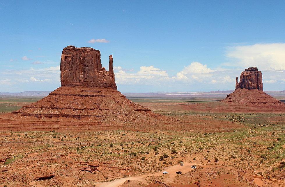 Monument_Valley,_Arizona,_US_-_The_Mittens_-_panoramio.jpg