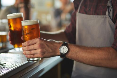 Barkeeper mit Bier