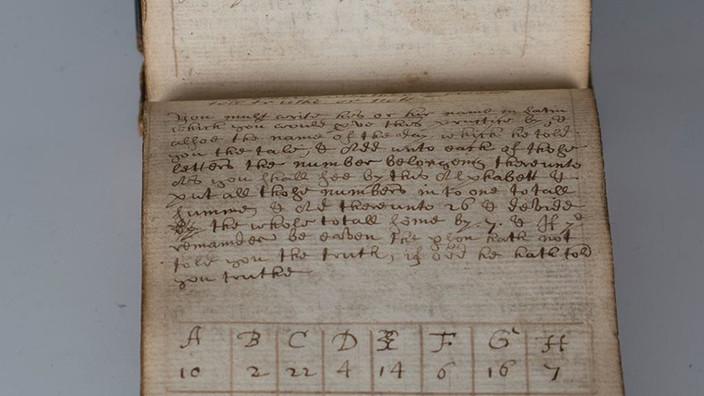 """Subastan por 28.000 dólares un antiguo manuscrito mágico que hace a las mujeres """"desnudarse&quo"""