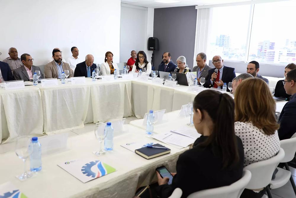El ministro de Economía Juan Ariel Jiménez junto a funcionarios del MEPyD, ministerios de Hacienda y de Relaciones Exteriores durante
