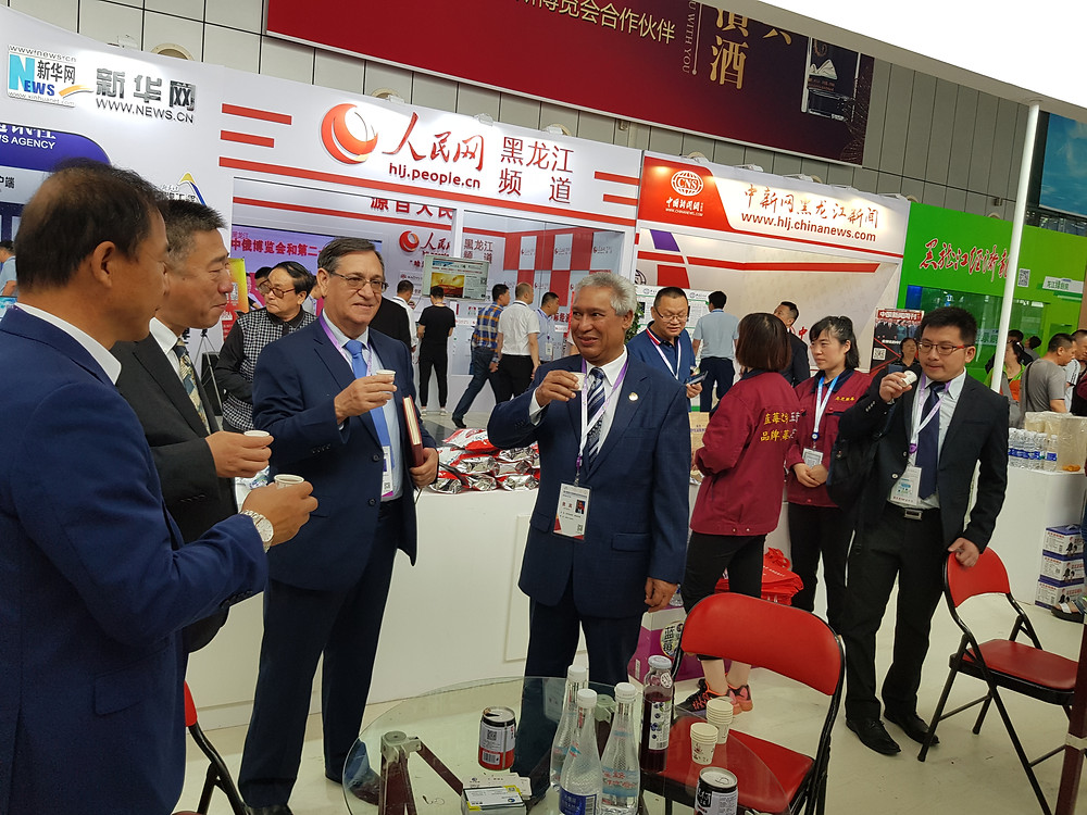 El ministro Isidoro Santana en visita a la 29 Feria Internacional de  Economía y Comercio de la ciudad de Harbin, en la provincia nororiental  china de Heilongjiang, acompañado por el jefe de gabinete, Gabriel  Guzmán, y de funcionarios chinos.