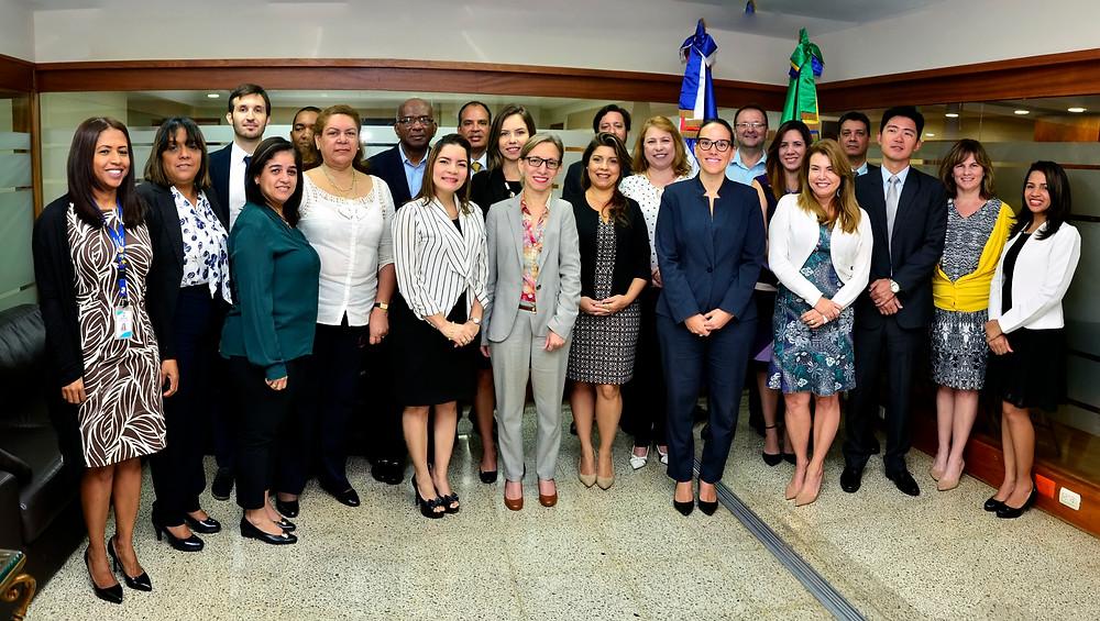 La coordinadora de la agencia brasileña (ABC), María Augusta Ferraz, y la directora de Cooperación Bilateral, María Fernanda Ortega, acompañadas de los comisionados de las partes al inicio de la evaluación este lunes en el Mepyd.