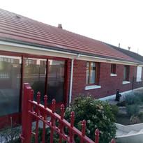 maison en brique peinte en rouge