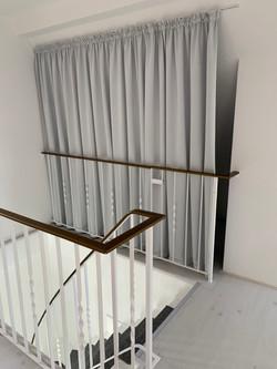 Abstellfläche mit Vorhang