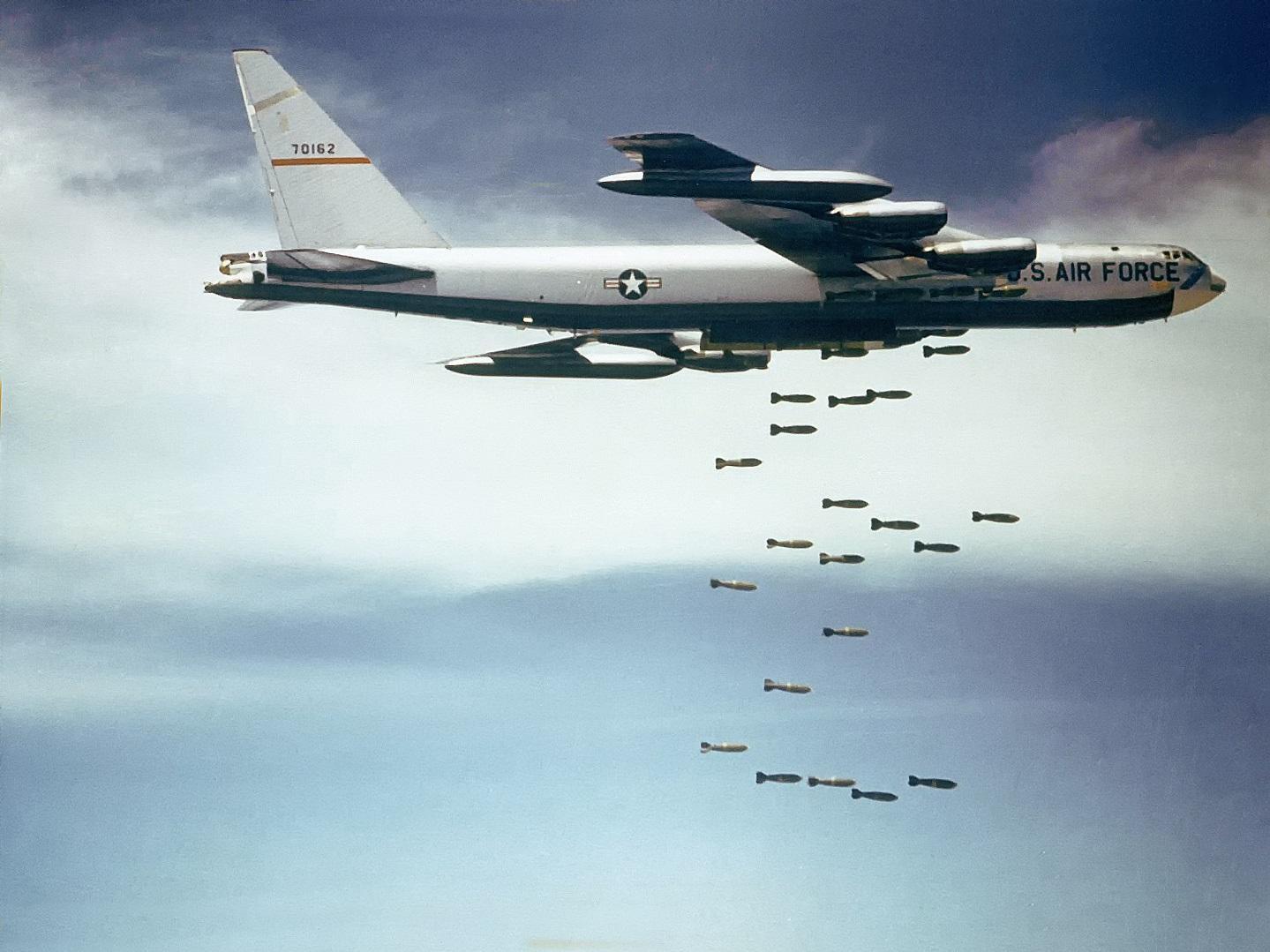 Boeing_B-52_dropping_bombs.jpg