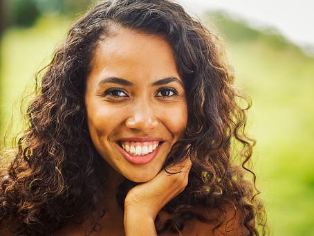 Et si se forcer à sourire nous rendait (vraiment) plus heureux ?