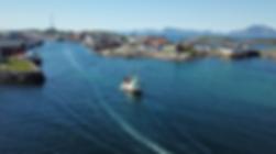 Go2Lofoten_Dronefoto_båt_Henningsvær.png