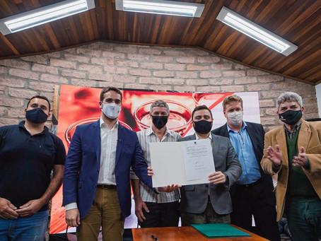 Governador assina regulamentação dos selos para produção e revenda da cachaça artesanal gaúcha