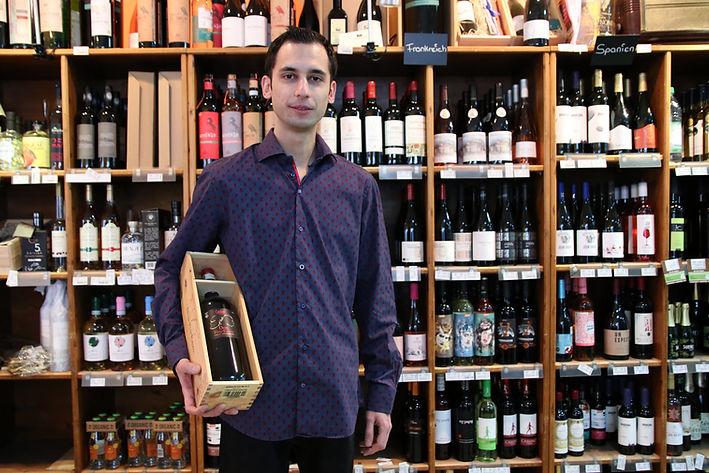 IMG_5352_Mitarbeiter Wein.jpg