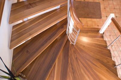 c_038_halbgewendelte-aufgesattelte-Treppe-in-Nuss