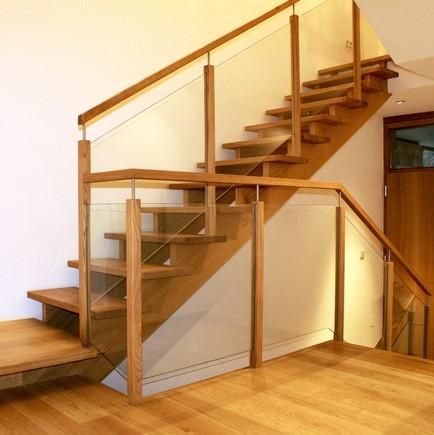 b_015_aufgesattelte_Treppe_in_Eiche.jpg