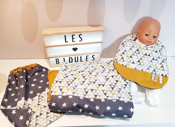 Ensemble bébé couverture, bavoir et serviette élastiquée motif triangle