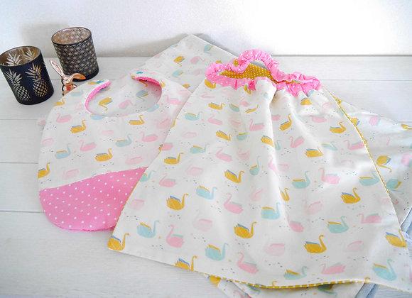 Ensemble bébé couverture, bavoir et serviette, motif origami rose et jaune