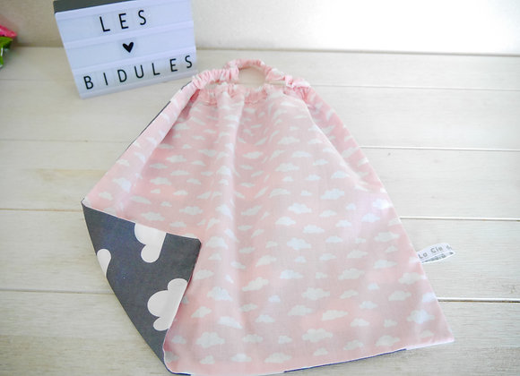 serviette de table, bavoir, serviette elastiqué, tissu rose et gris nuage, cadeau bebe, ecole, cantine