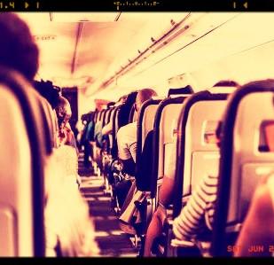 האם נוסע זכאי לפיצוי עקב העברתו למושב אחר בטיסה?