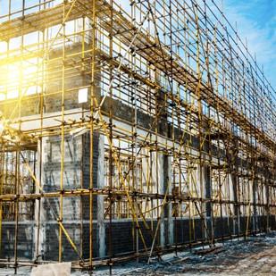 האם קריסה של קבלן מבצע פוטרת יזם מתשלום פיצוי בגין איחור במסירת הדירה לפי חוק המכר דירות