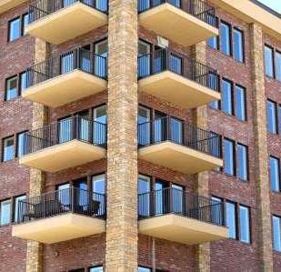 שימוש לא סביר ברכוש המשותף: בית המשפט הורה לבעל דירה להסיר שלט מקיר הבניין
