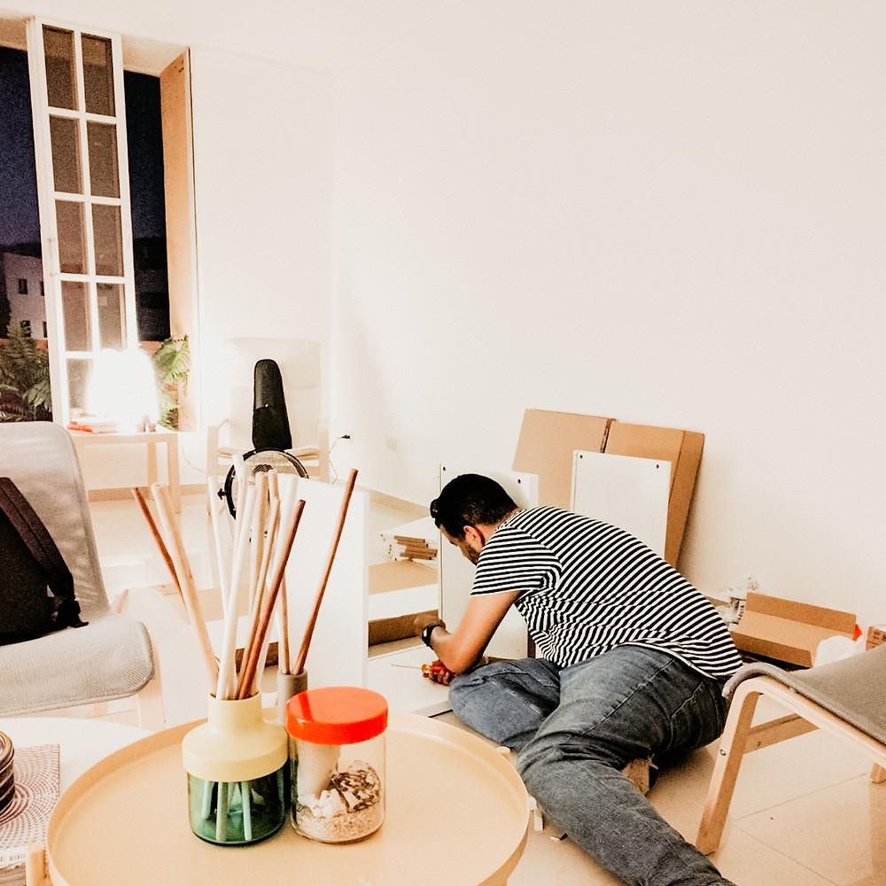 Una de nuestras primeras noches en casa, armando muebles de Ikea.