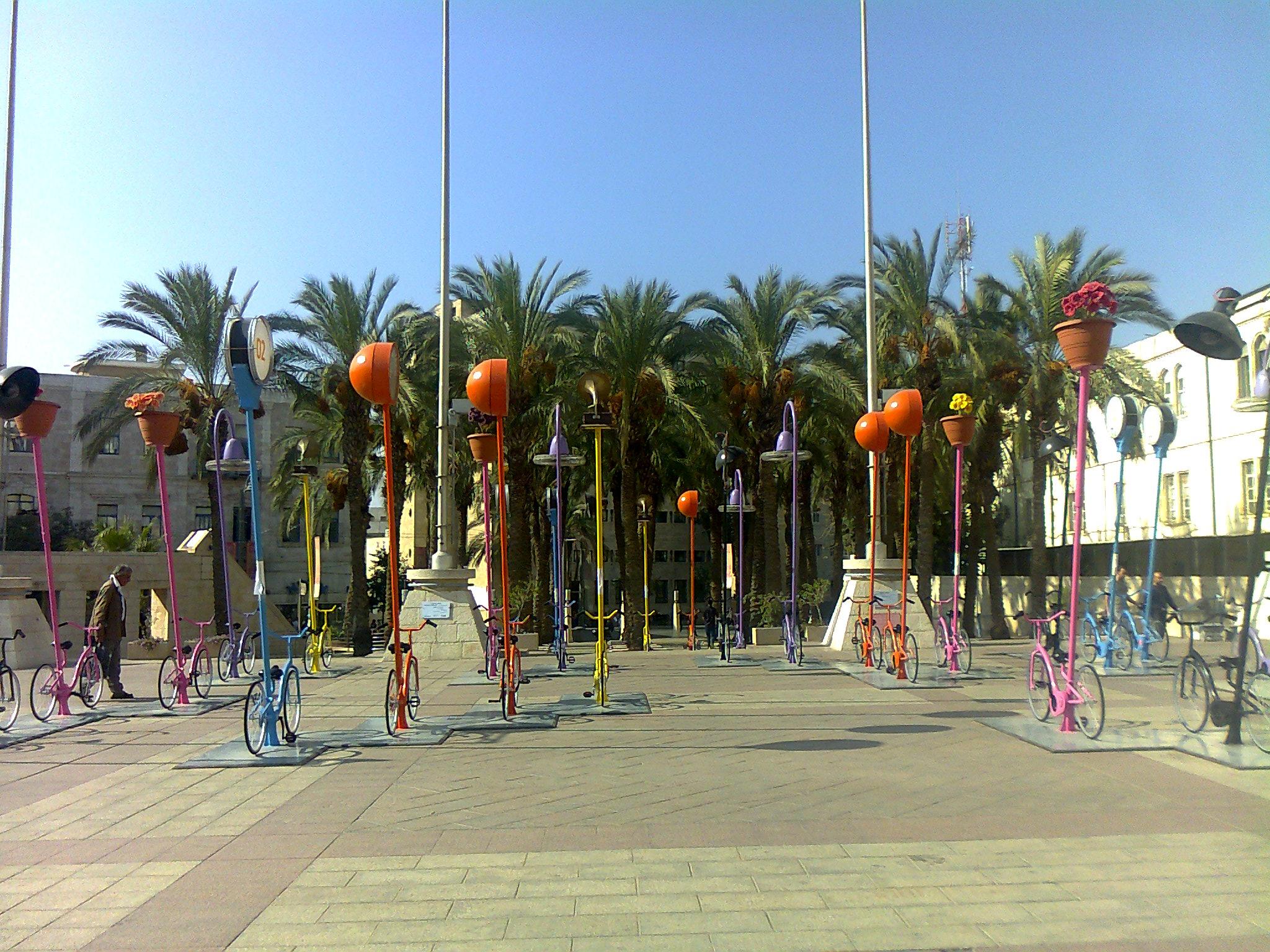Fahrräder zieren den Rathausplatz.