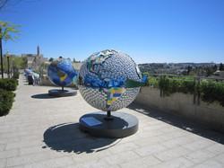Globusse vor den Altstadtmauern