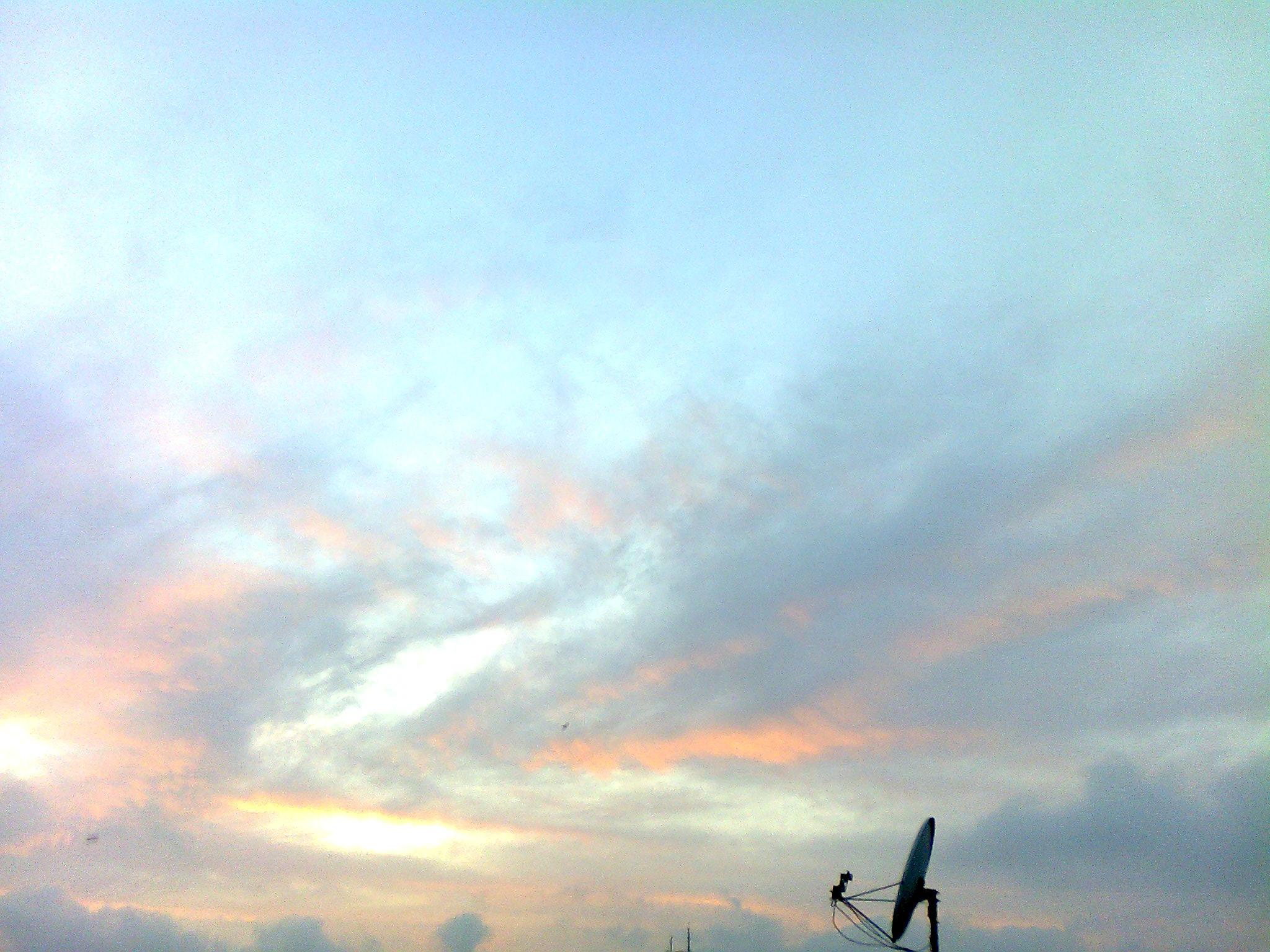 Im Farbenmeer versinkt die Sonne.