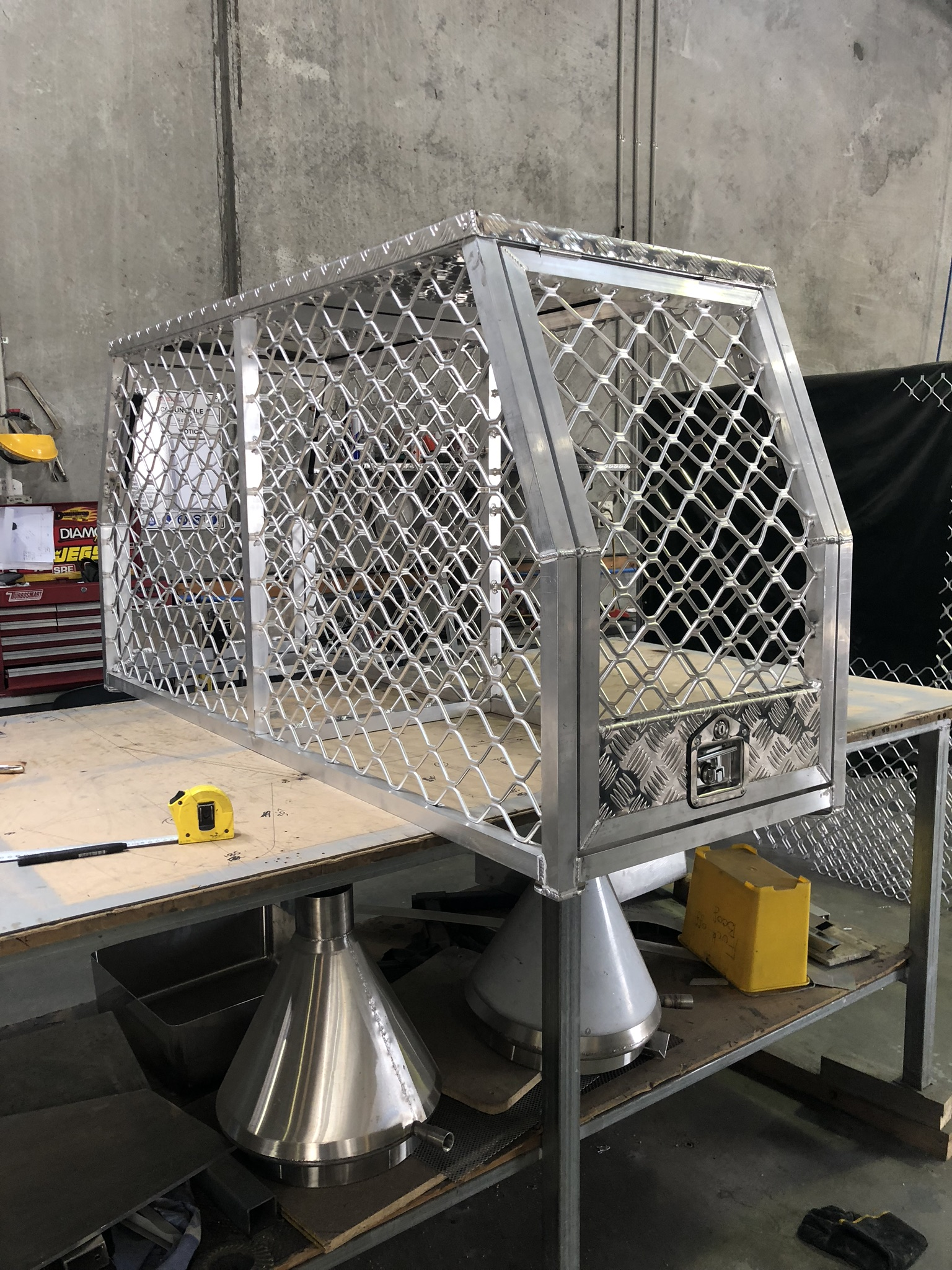 Aluminium dog box with security mesh
