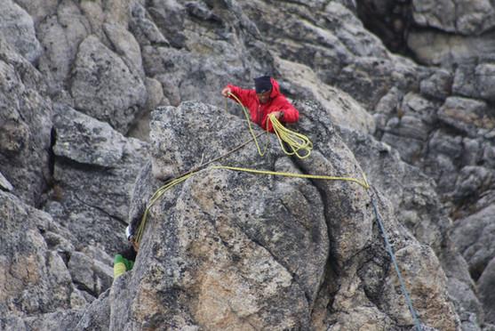 Equipando un anclaje en una roca