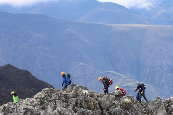 Jovenes caminando en la montaña