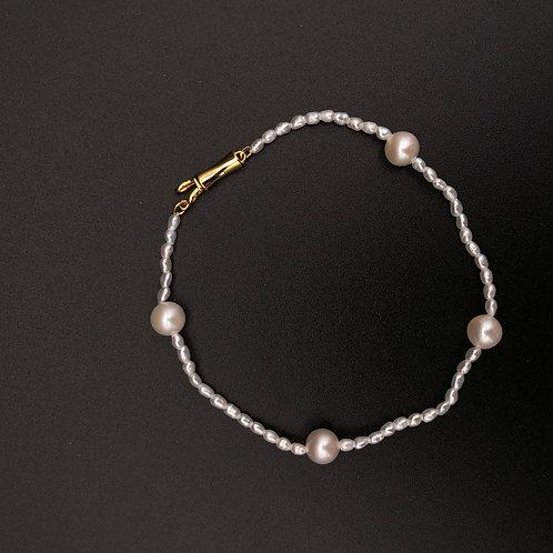 Oval Keshi and Akoya pearls Bracelet